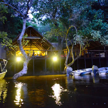 Inchingo River Lodge Exterior River