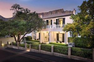 Table Mountain as a backdrop of Cape Cadogan Hotel